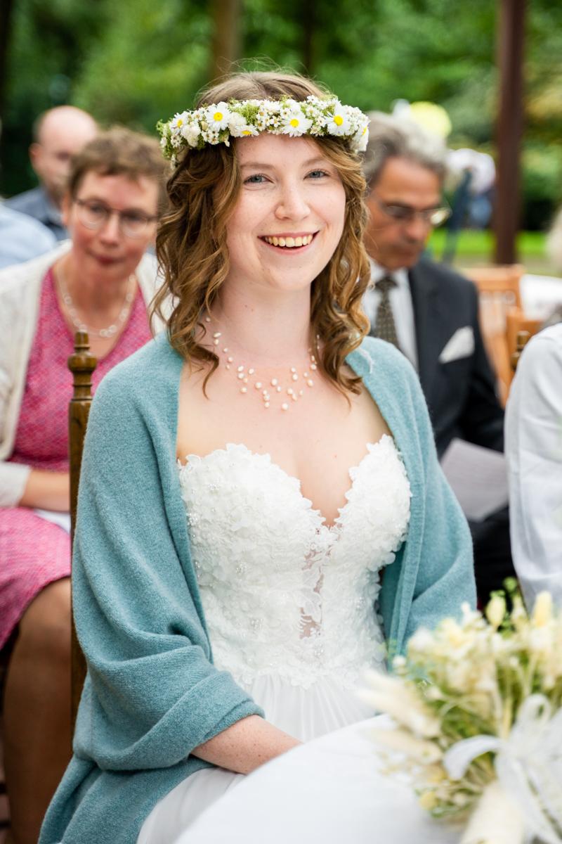 Lachende Braut bei der Trauung in bassum Hochzeitsfotograf bremen