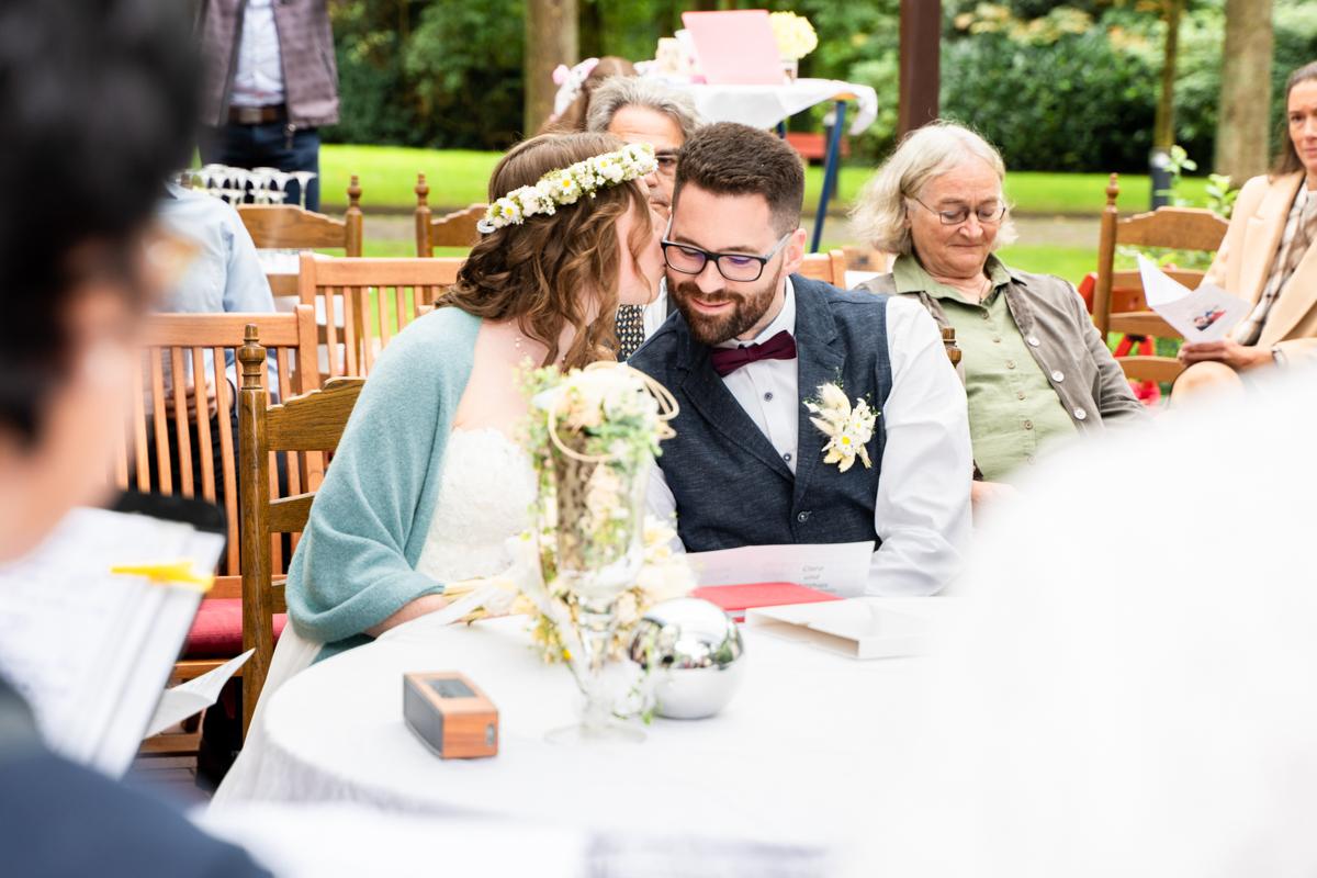 Kuss auf die Wange von der Braut Hochzeitsreportage kleiner Moment