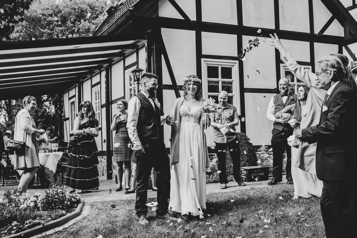 Auszug des Brautpaares Standesamt Bassum Hochzeitsfotograf Freudenburg