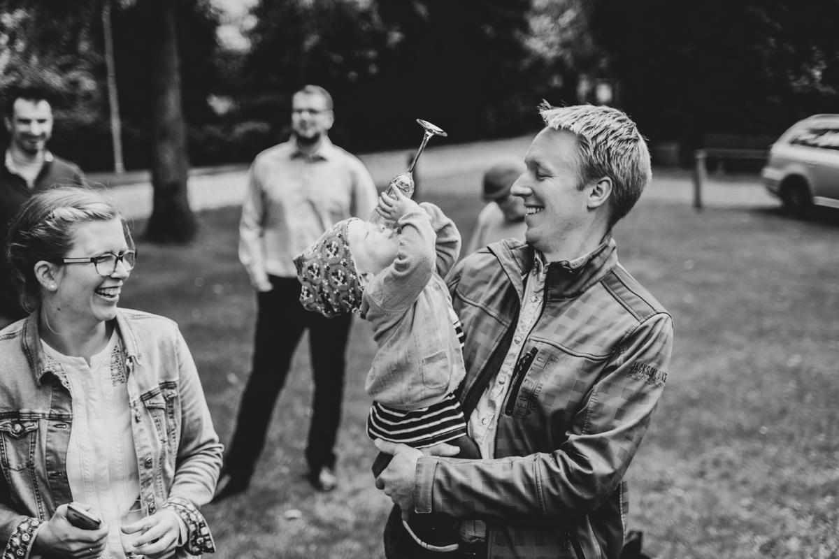 Kind mit Sektglas bei der Hochzeitsreportage in bassum Syke