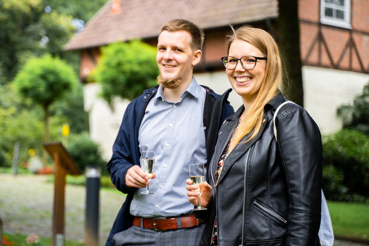Lachende Gäste Hochzeitsfotograf Bremen Bassum