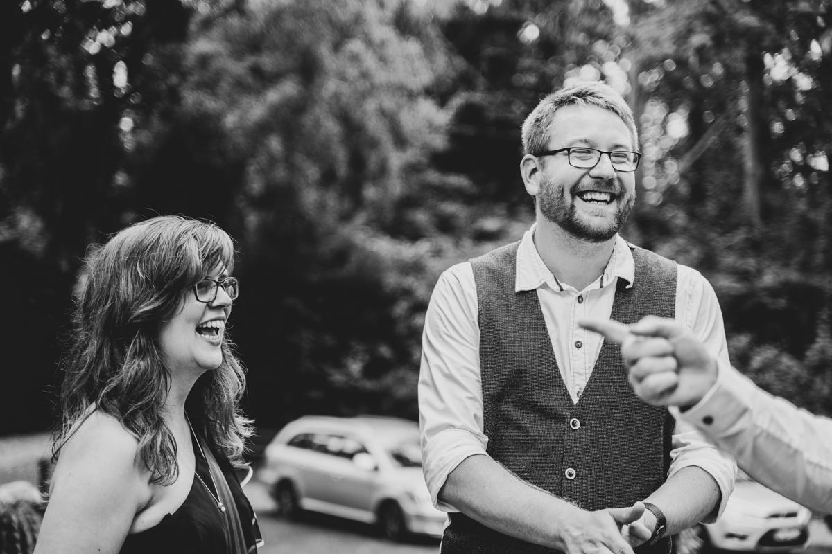 Lachende Gäste auf der Freudenburg bassum Hochzeitsreportage