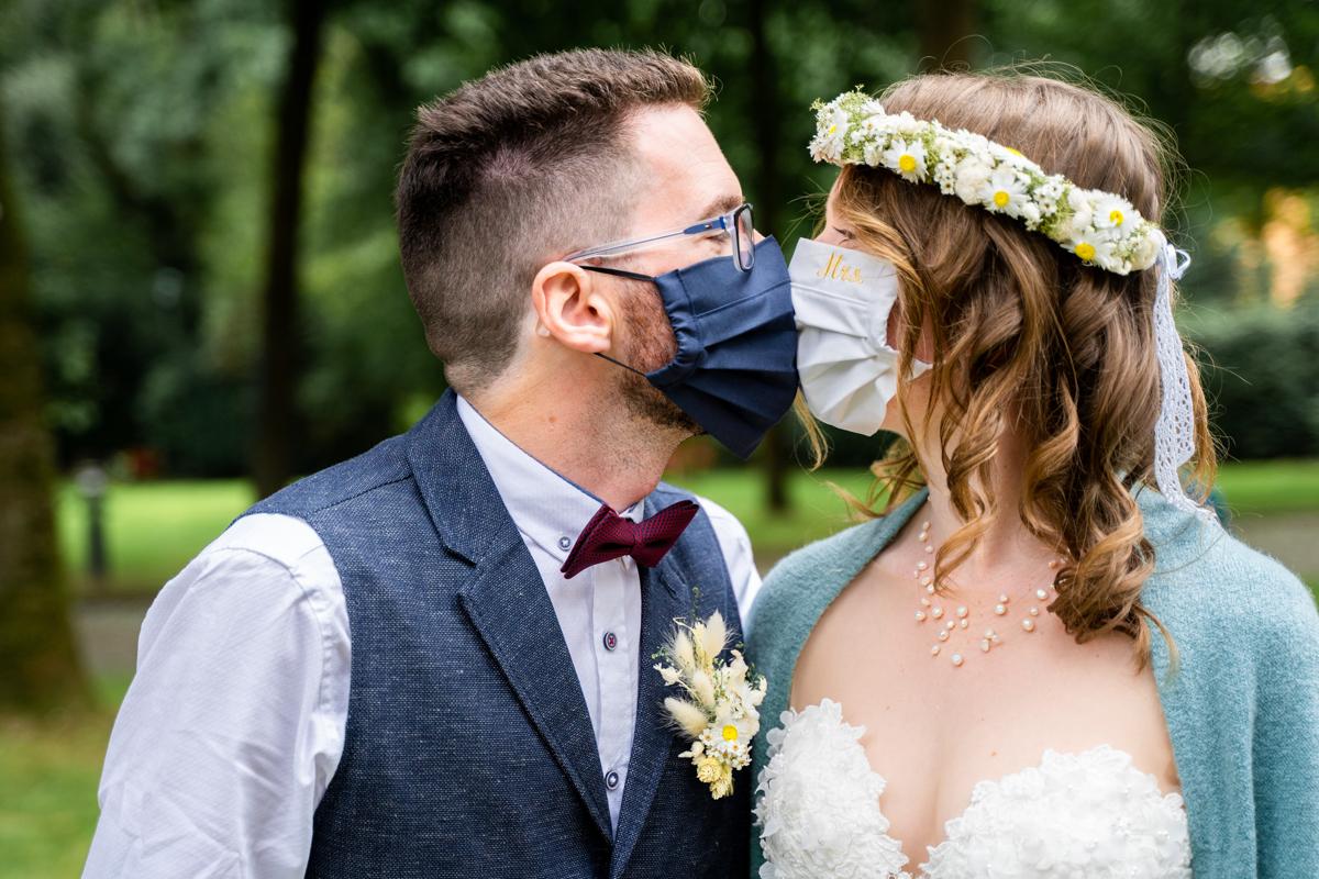 Kuss mit Maske Coronahochzeit Hochzeitsfotograf Bremen