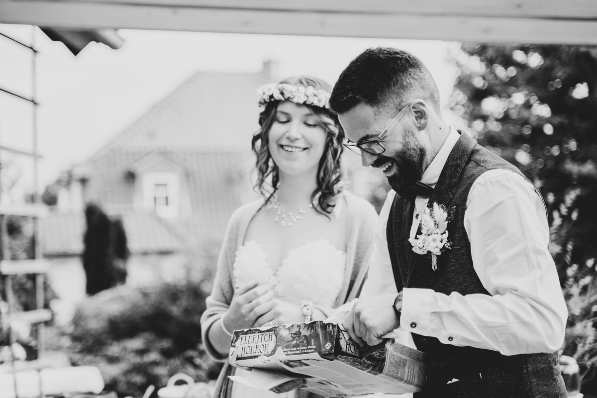 Brautpaar erhält Geschenke bei der Gartenhochzeit