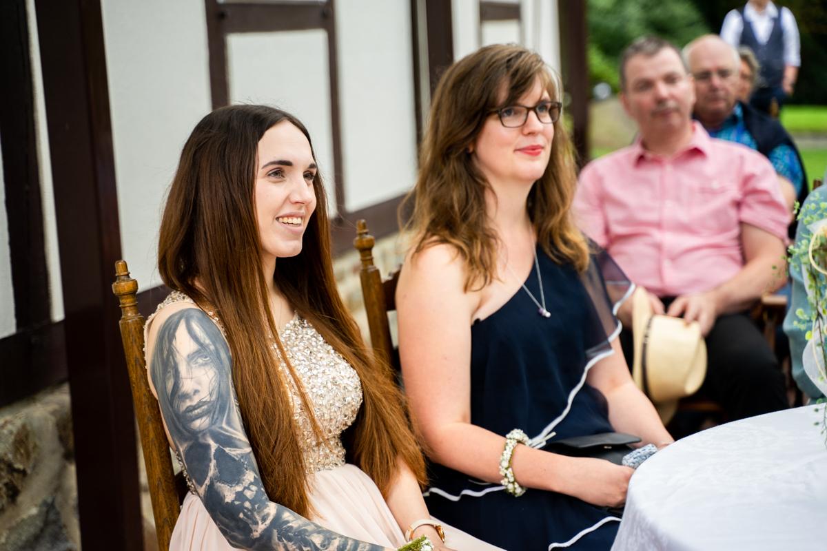 Trauzeuginnen bei der Trauung auf der Freudenburg Hochzeitsreportage