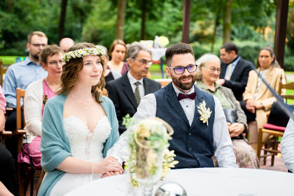 Lachendes Paar bei der Standesamtlichen Trauung in bassum Hochzeitsfotografin Syke