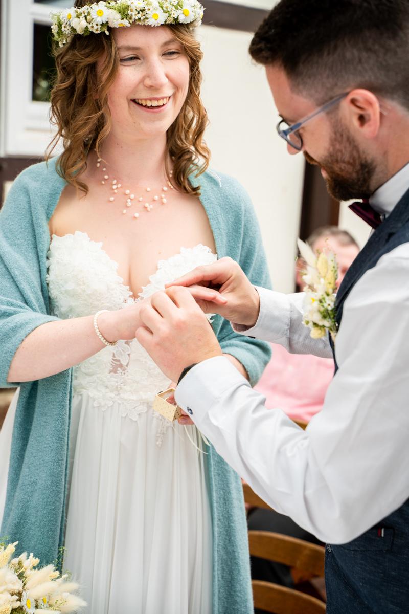 Braut bekommt den Ring angesteckt Hochzeitsfotograf Bremen bassum