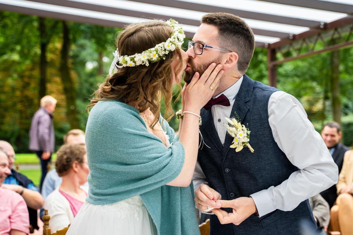 Kuss bei der Trauung Hochzeitsfotos Bremen Bassum