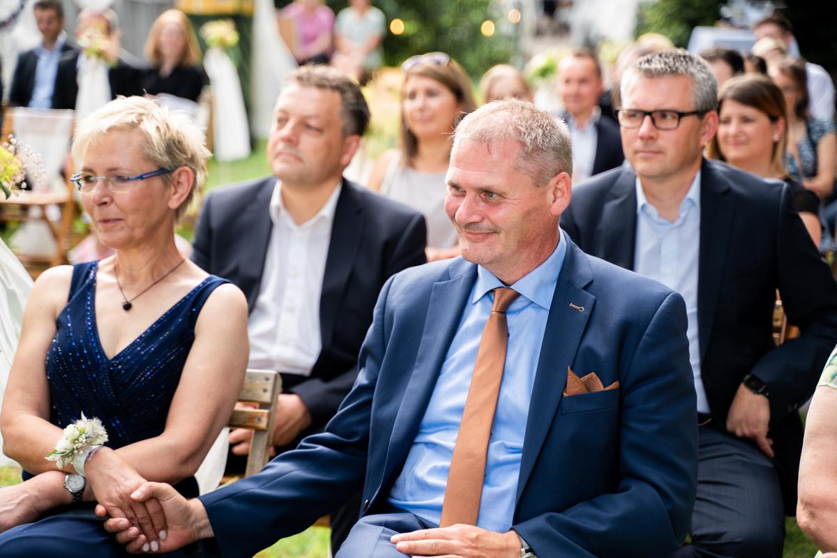 Freudige Gäste während der Trauung Hochzeitsfotos in bremen