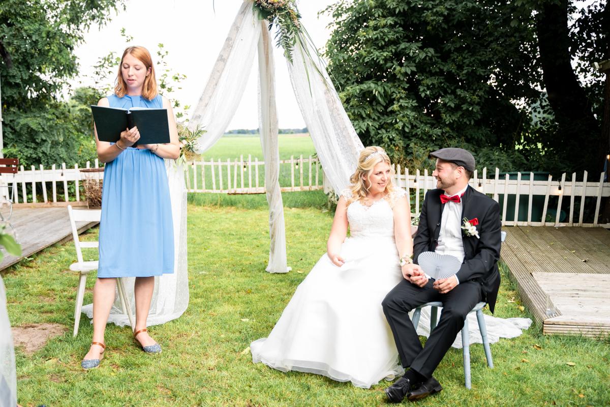 Freie Trauung auf der Wiese am Landhaus Hochzeitsfotograf bremen Oldenburg