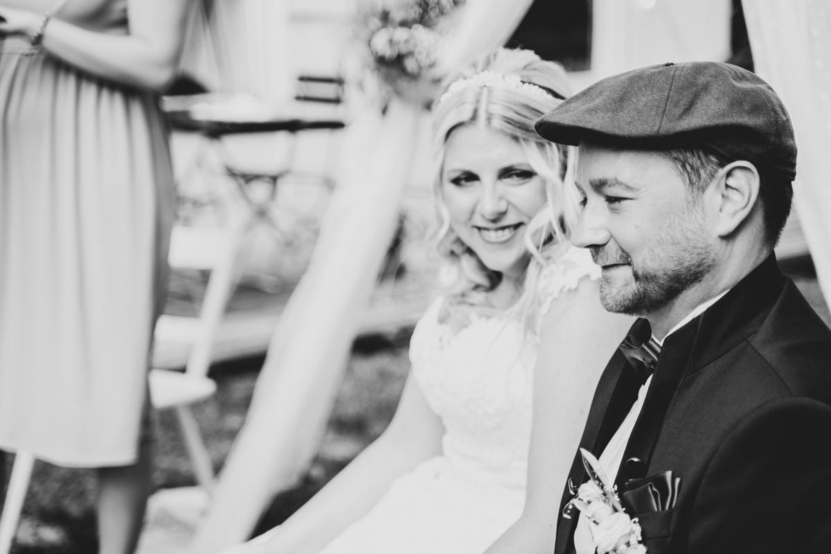 Liebevoller Blick der Braut bei der freien Trauung