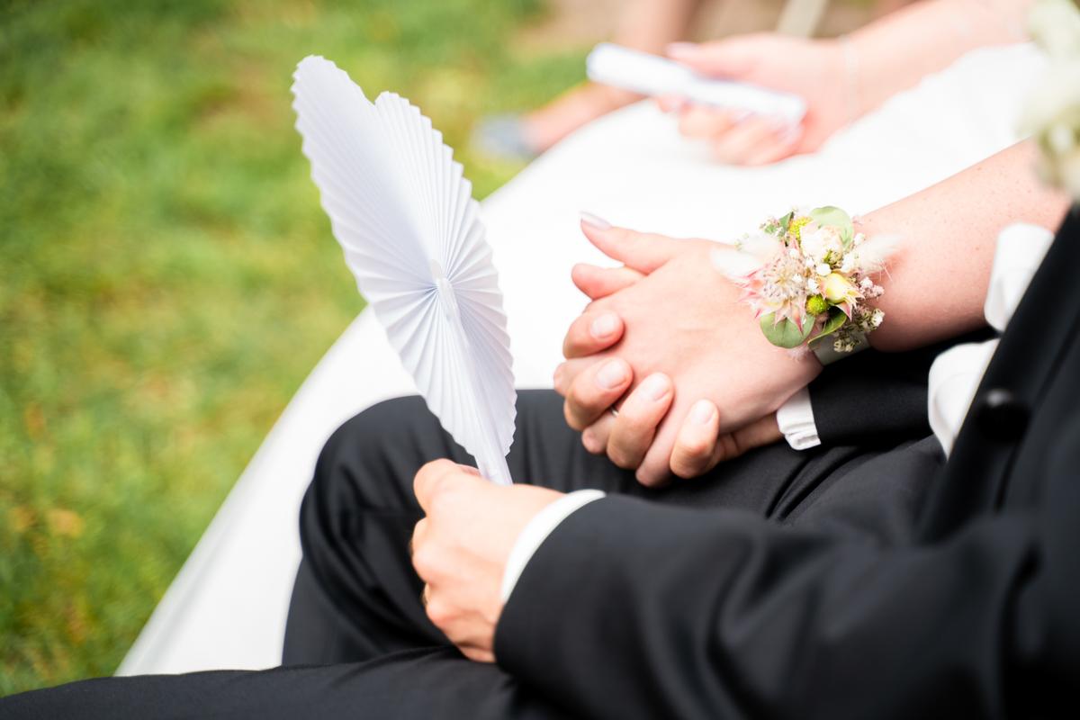 Händchen halten bei der Trauung
