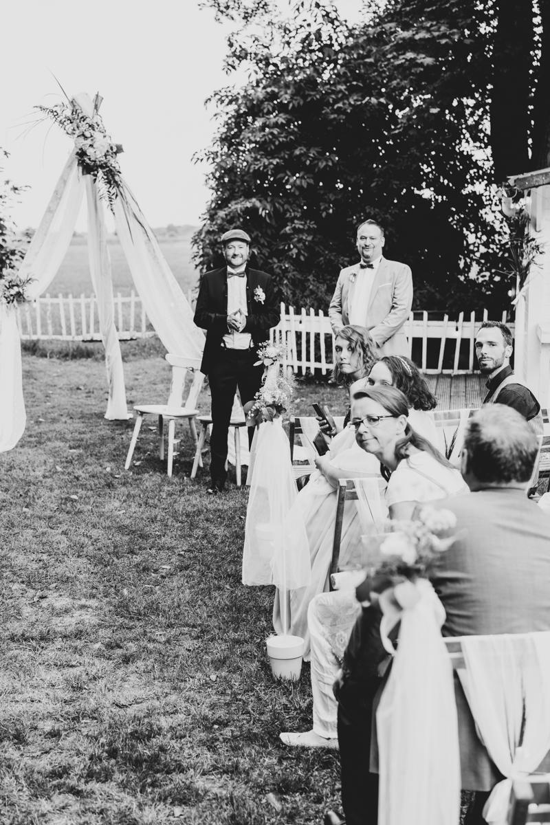 Bräutigam wartet auf seine Braut zur Trauzeremonie