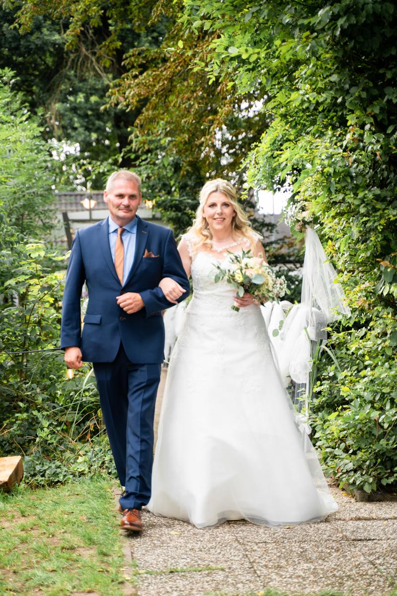 Braut mit Brautvater beim Einzug Hochzeitsfotos Bremen