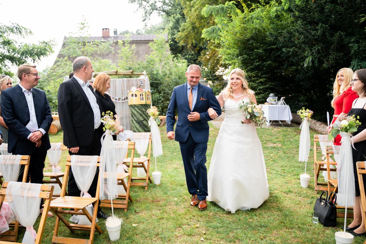 Einzug der Braut mit dem Vater zur freien Trauung
