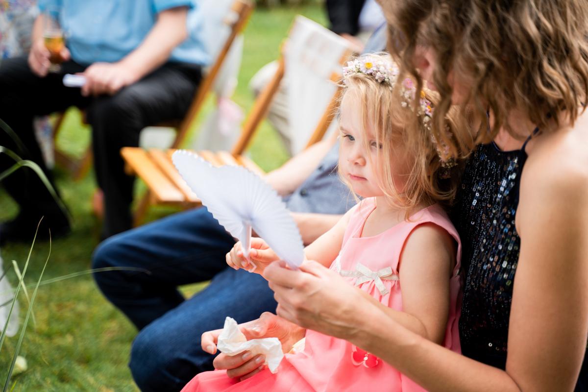 Blumenkind spielt während der Trauzeremonie