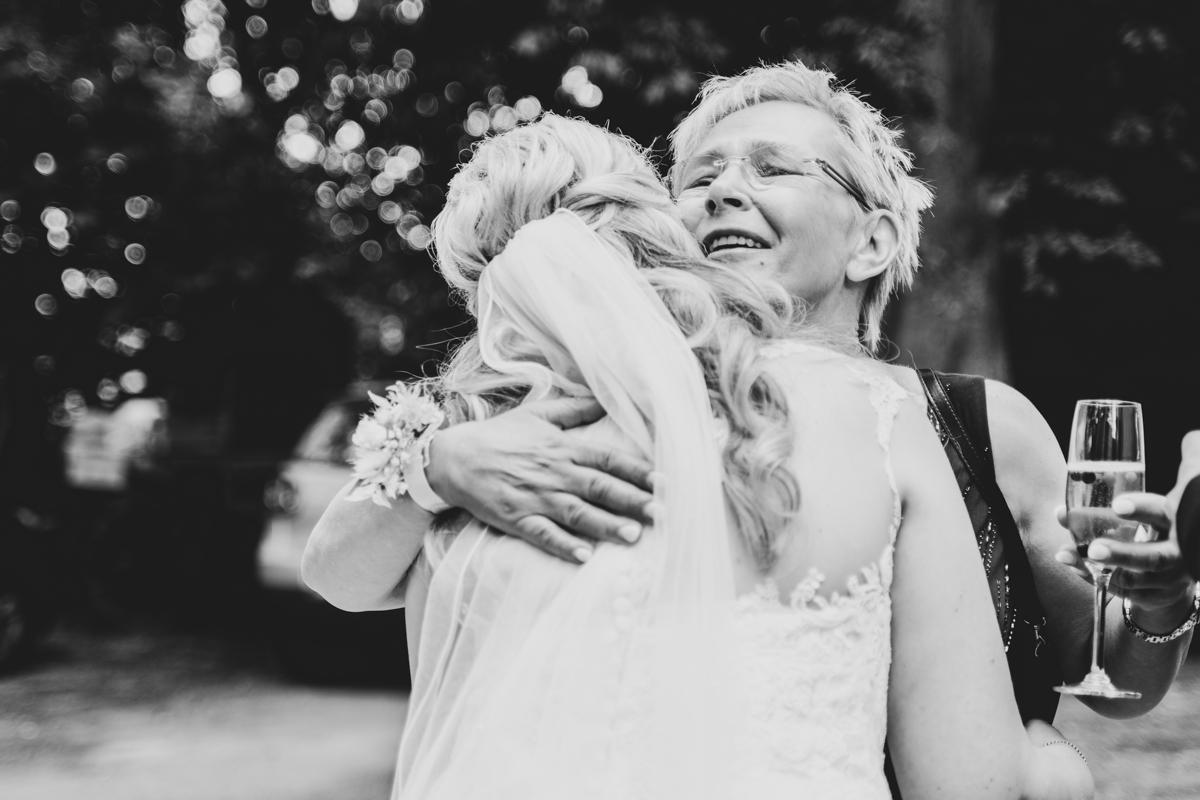 Emotionale Brautmutter bei der Gratulation Hochzeitsreportage Bremen