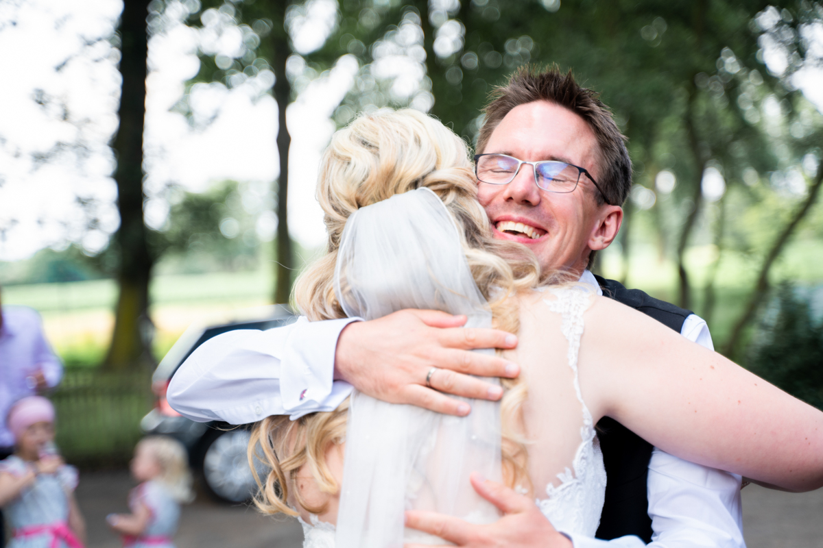 Trauzeuge gratuliert dem Brautpaar bei der Hochzeit