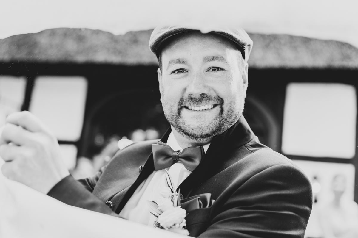 Porträt des Bräutigams bei der Hochzeitsfeier