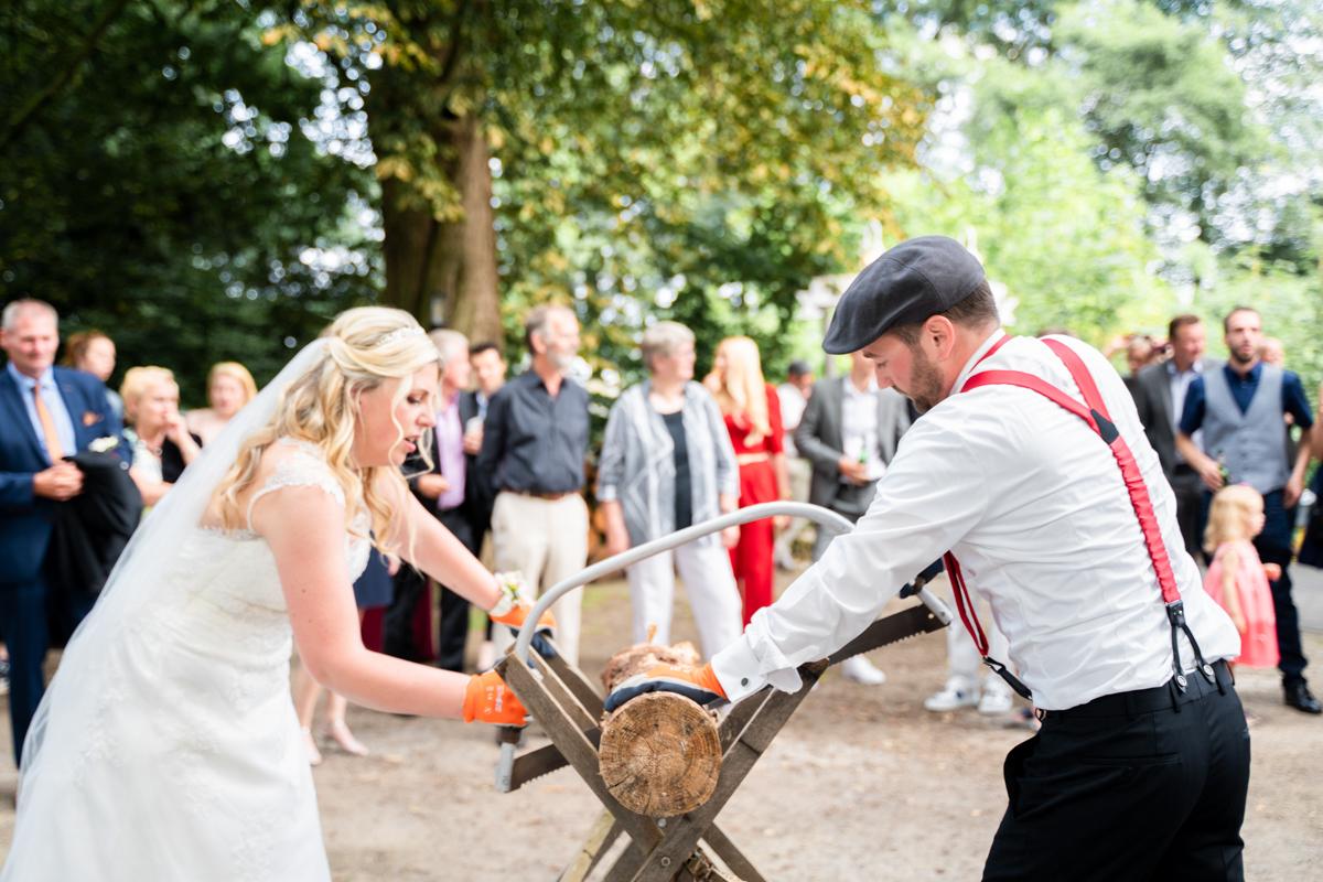 Baumstammsägen bei der Hochzeitsfeier Landhaus am Deich
