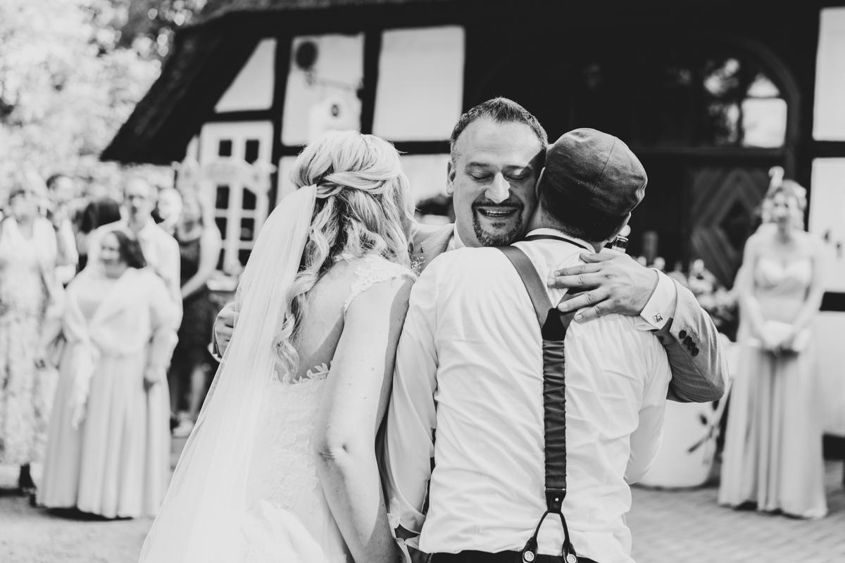 Trauzeuge gratuliert dem Brautpaar Hochzeitsfotograf Bremen