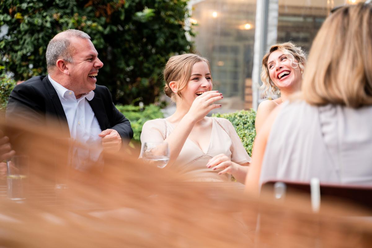 Gäste bei der Feier der Hochzeit im Landhaus am Deich