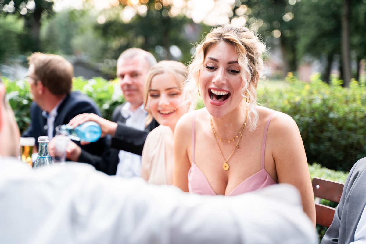Langender Gast auf der Hochzeitsfeier