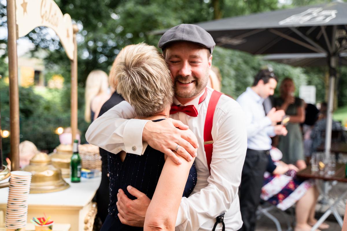 Umarmung der Brautmutter Hochzeitsfotograf Bremen