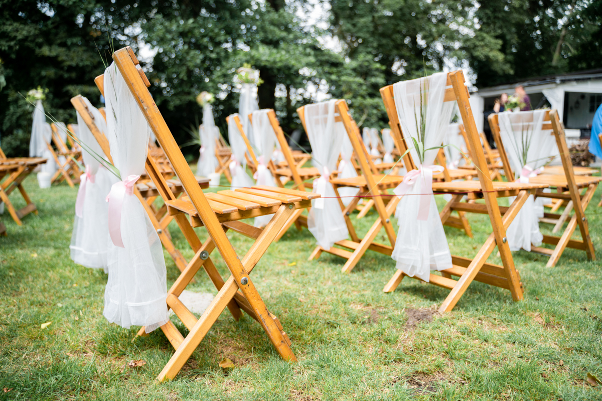 Stuhlreihen Hochzeitsfotograf Bremen mit Blumenschmuck freie Trauung