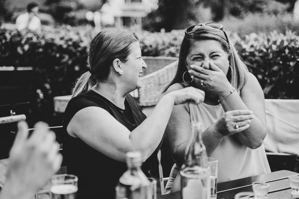 Hochzeitsfeier Gäste lachend im Garten des Landhauses Hochzeitsfotos Bremen