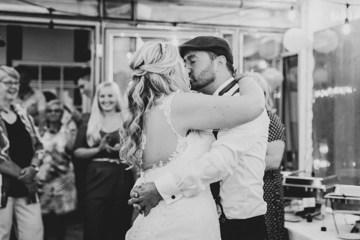 Kuss beim Hochzeitstanz Hochzeitsfotograf Bremen