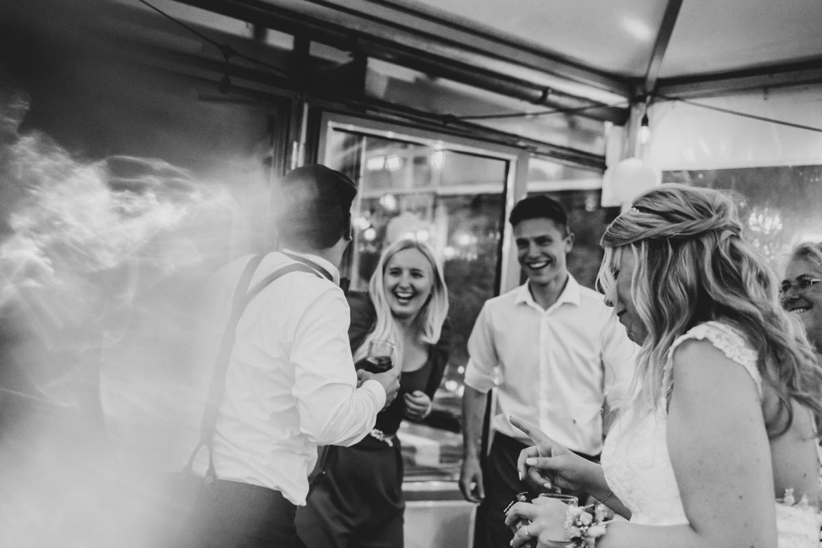 Lachende Gäste am Abend bei Hochzeit im Landhaus am Deich Hochzeitsfotos