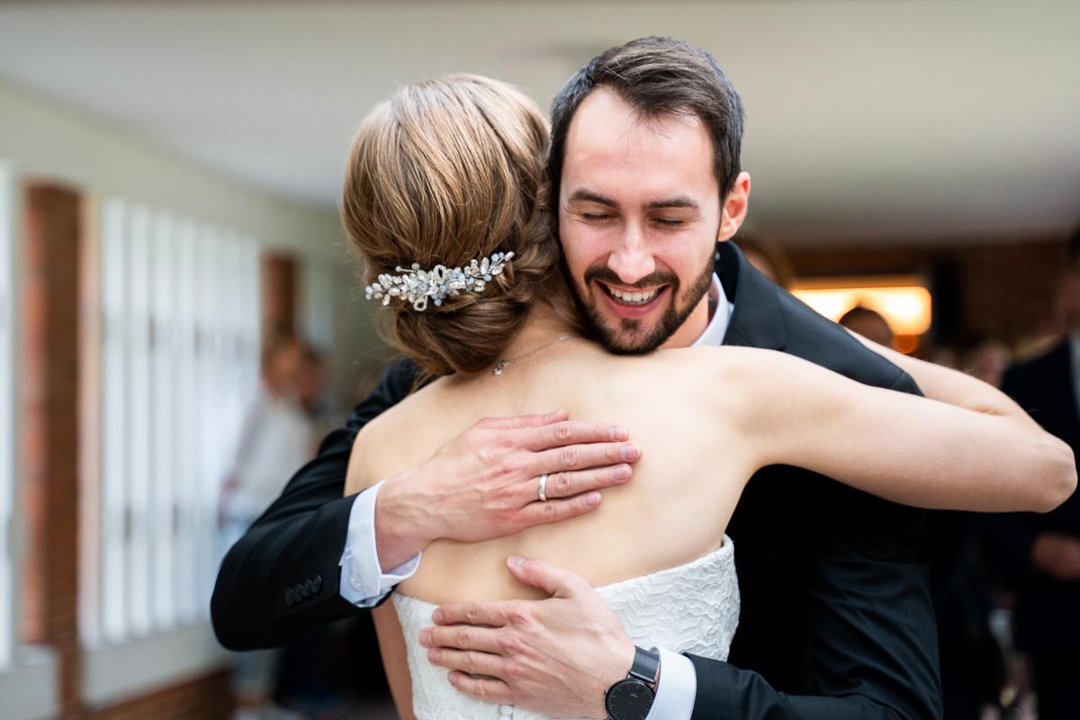 Umarmungen der Braut mit den Trauzeugen Hochzeitsfotos in Bremen