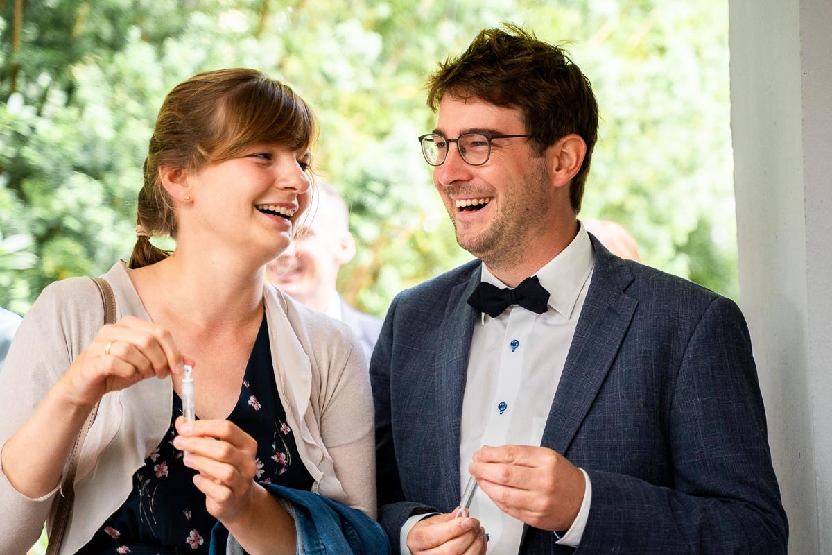 Gäste pusten Seifenblasen zum Empfang des Brautpaares