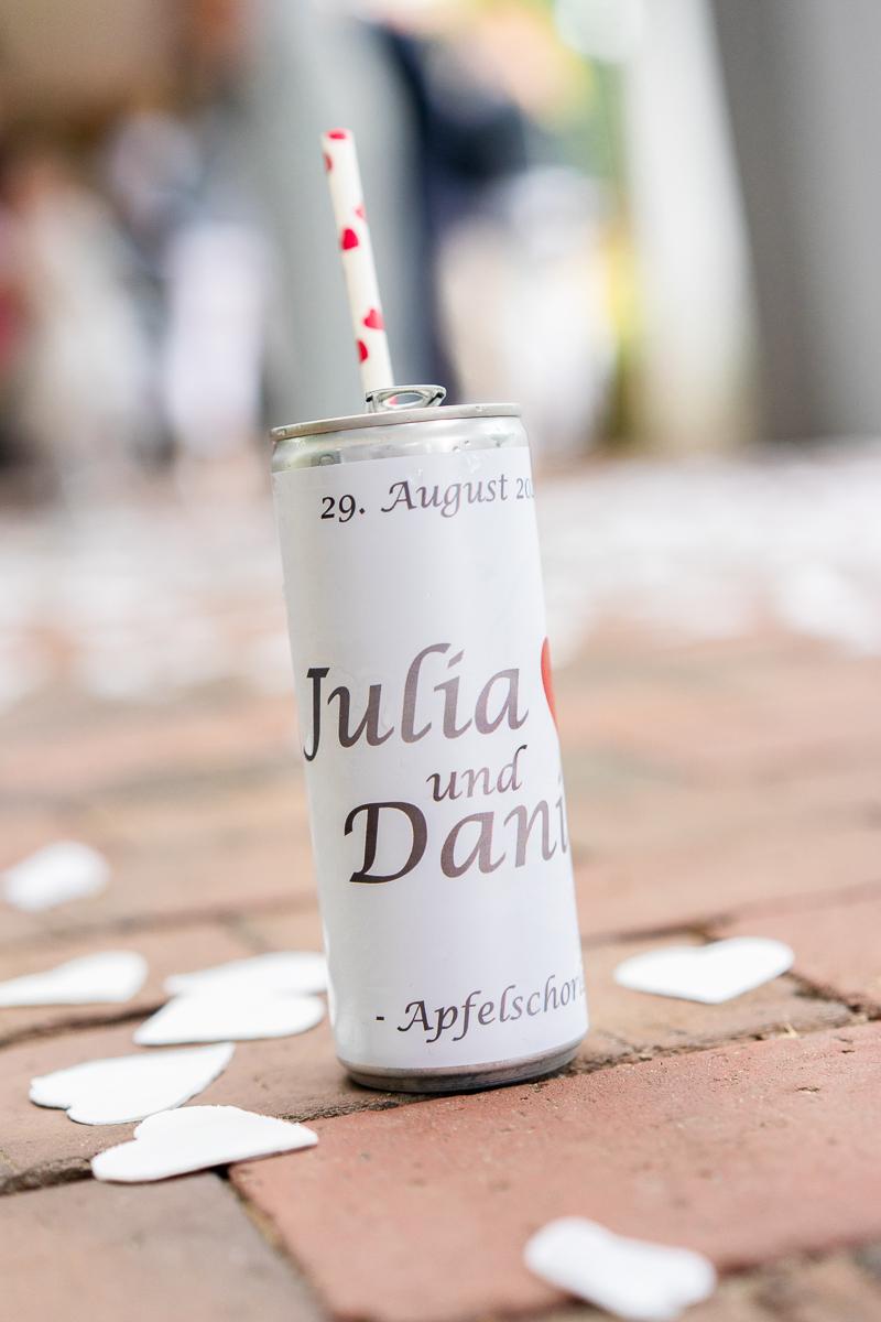 Detailbild Getränkedose mit Namen des Brautpaares