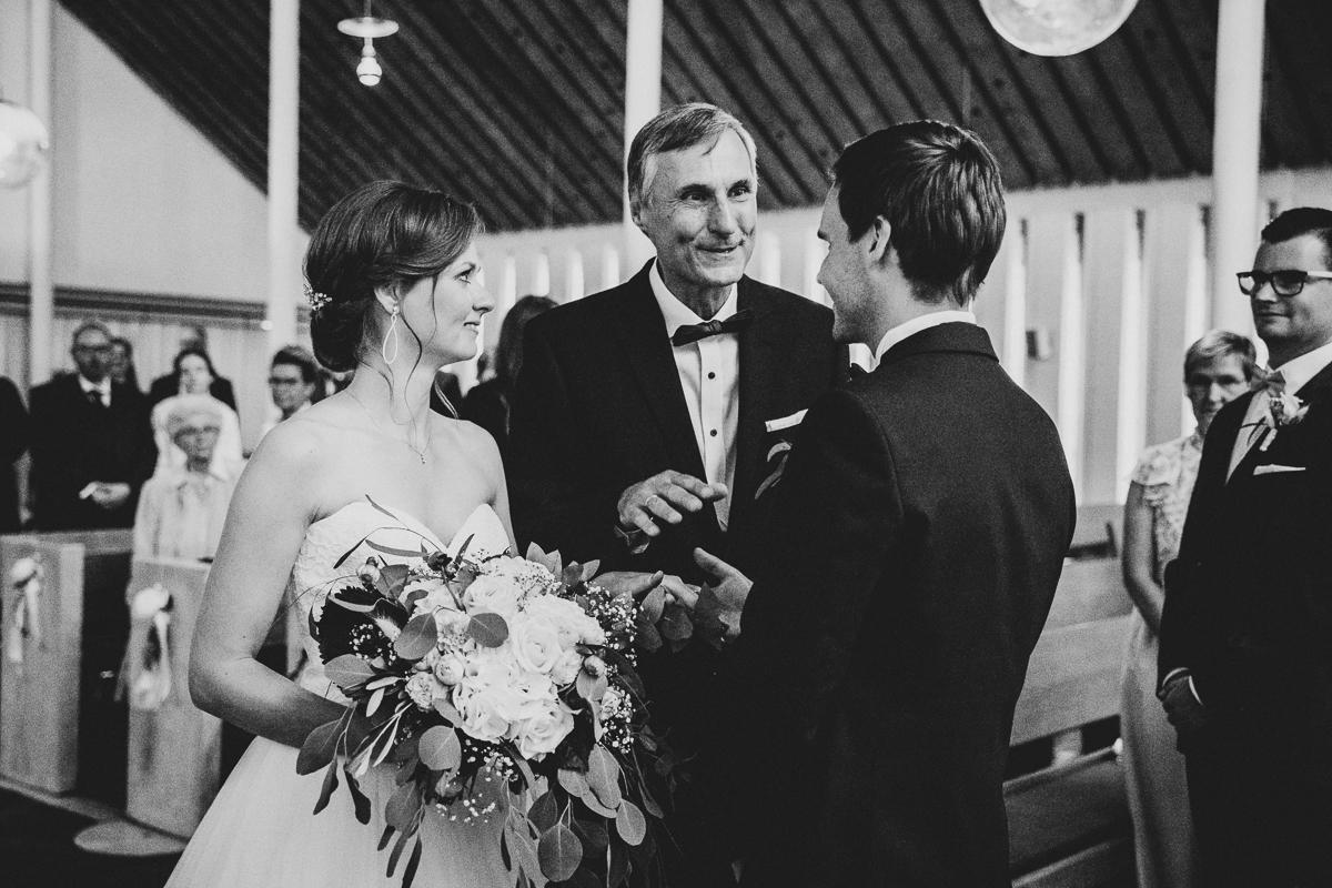 Kirchliche Trauung Brautvater übergibt die Braut an den Zukünftigen