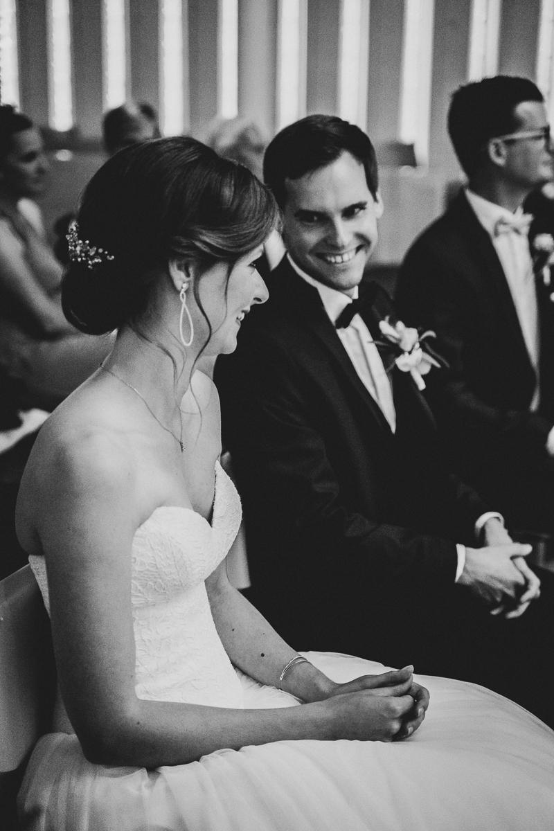 Brautpaar lacht sich während der kirchlichen Trauung an Bremen