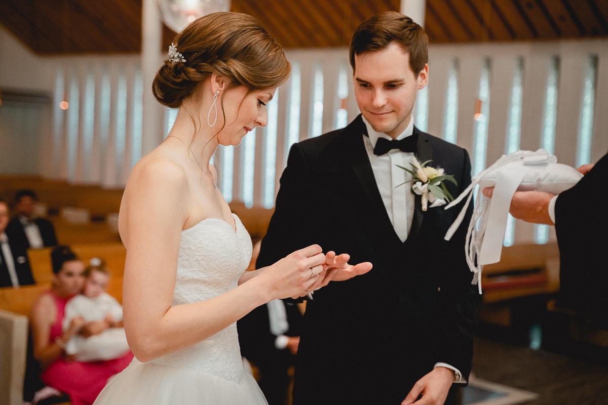 Ringwechsel in der Kirche Hochzeitsfotos Bremen