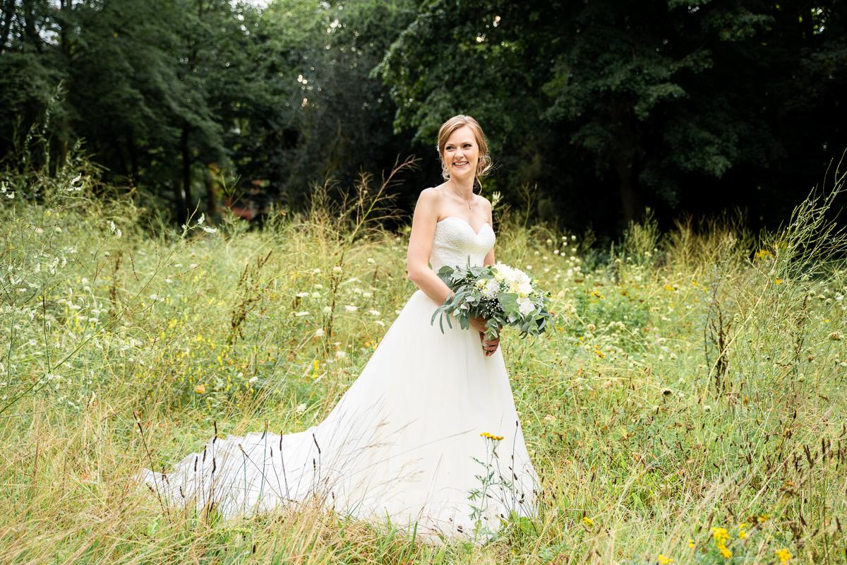 Braut auf der Wildwiese Hochzeitsfotos in der Natur