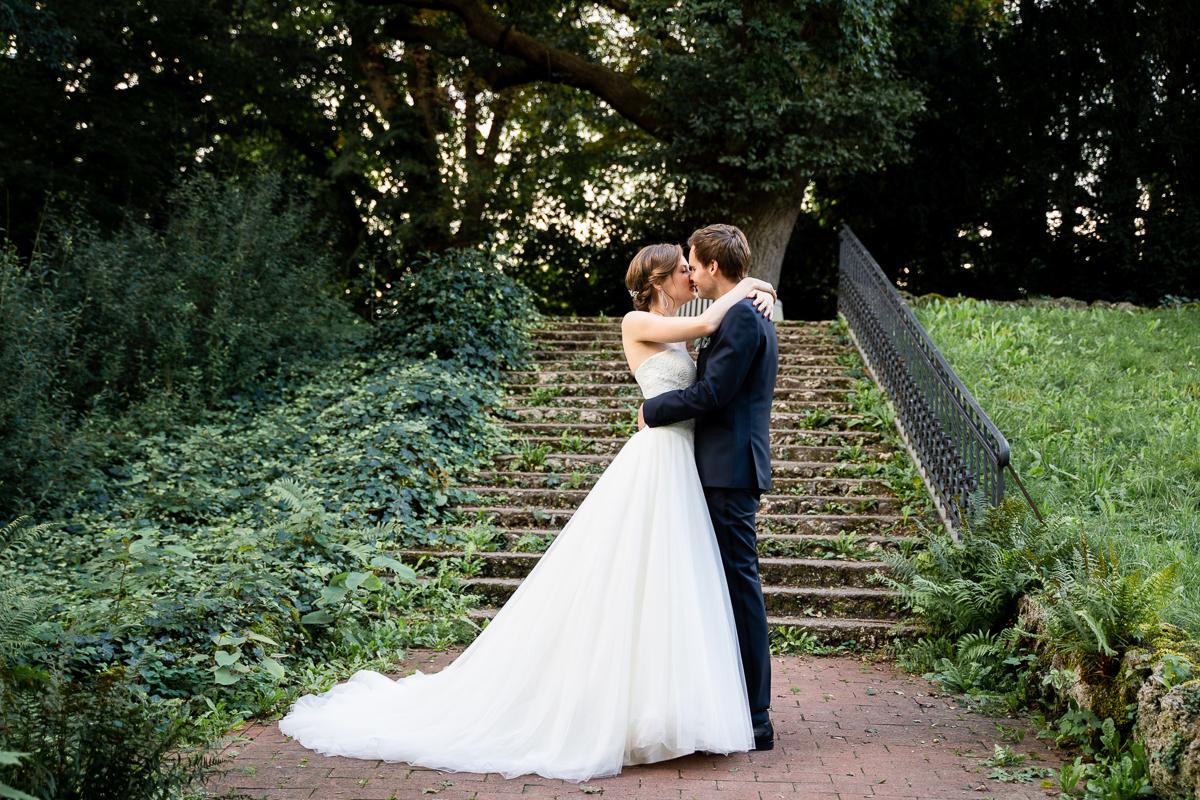 Kuss an der Treppe Hochzeitsfotos im Stadtpark Bremen