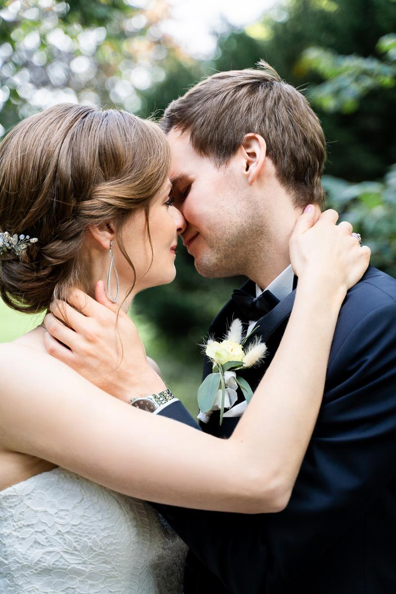 Kussfoto beim Brautpaarshooting Hochzeitsfotograf Bremen Hochzeitsfotos