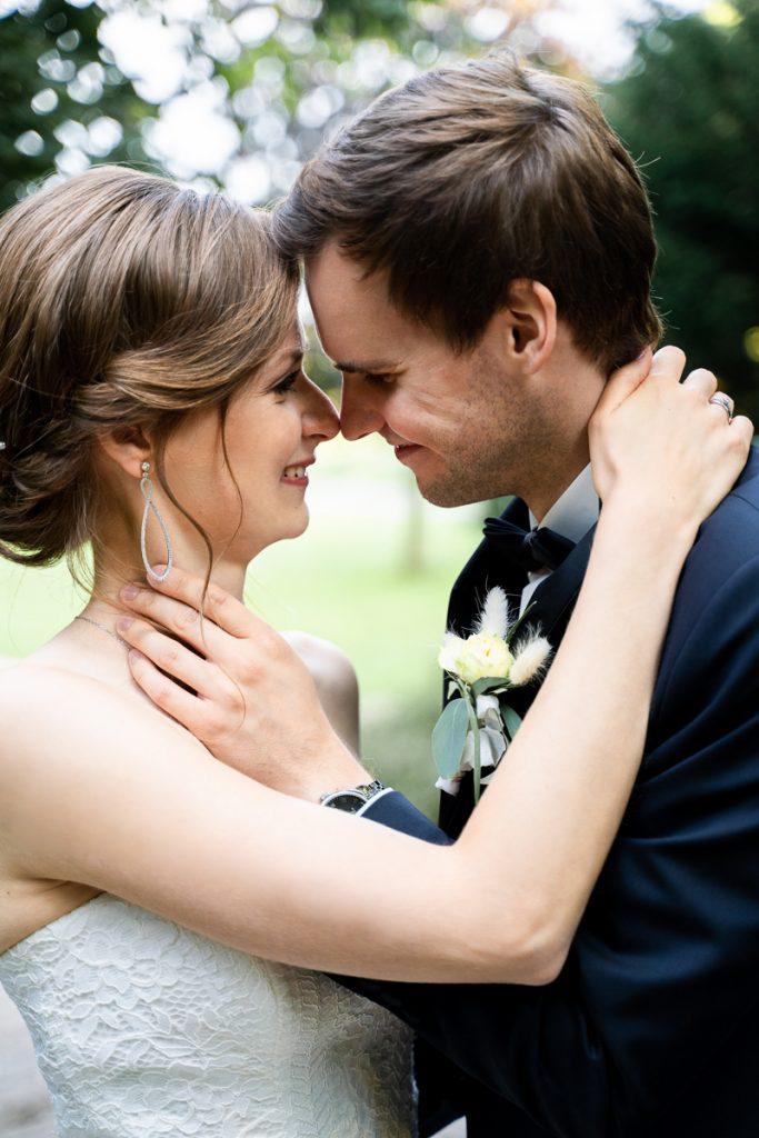 Enges Portrait vom Brautpaar beim Paarshooting