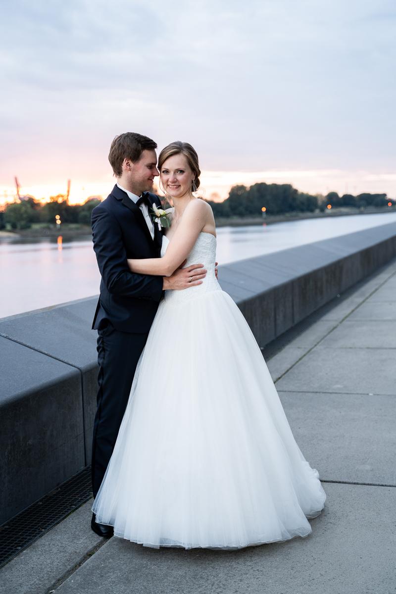 Hochzeitsfotos an der Weser im Sonnenuntergang Bremen