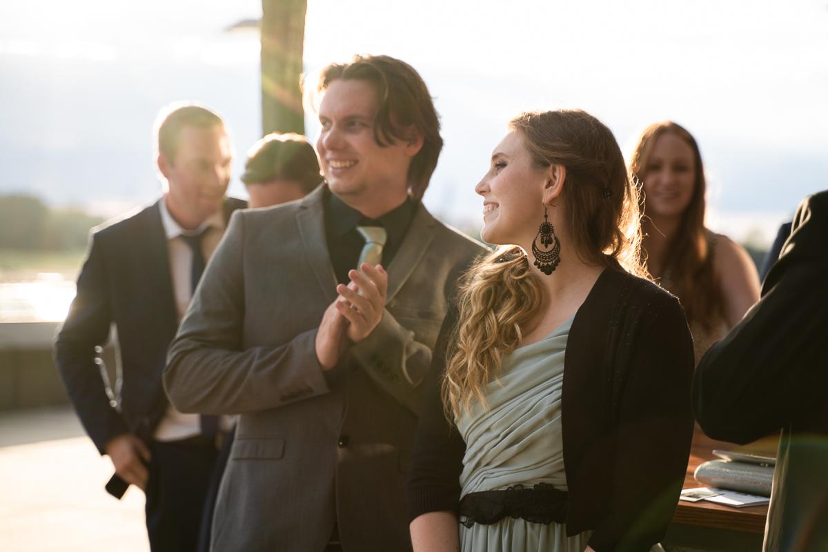 Empfang der Hochzeitsgäste im Sonnenuntergang an der Weser