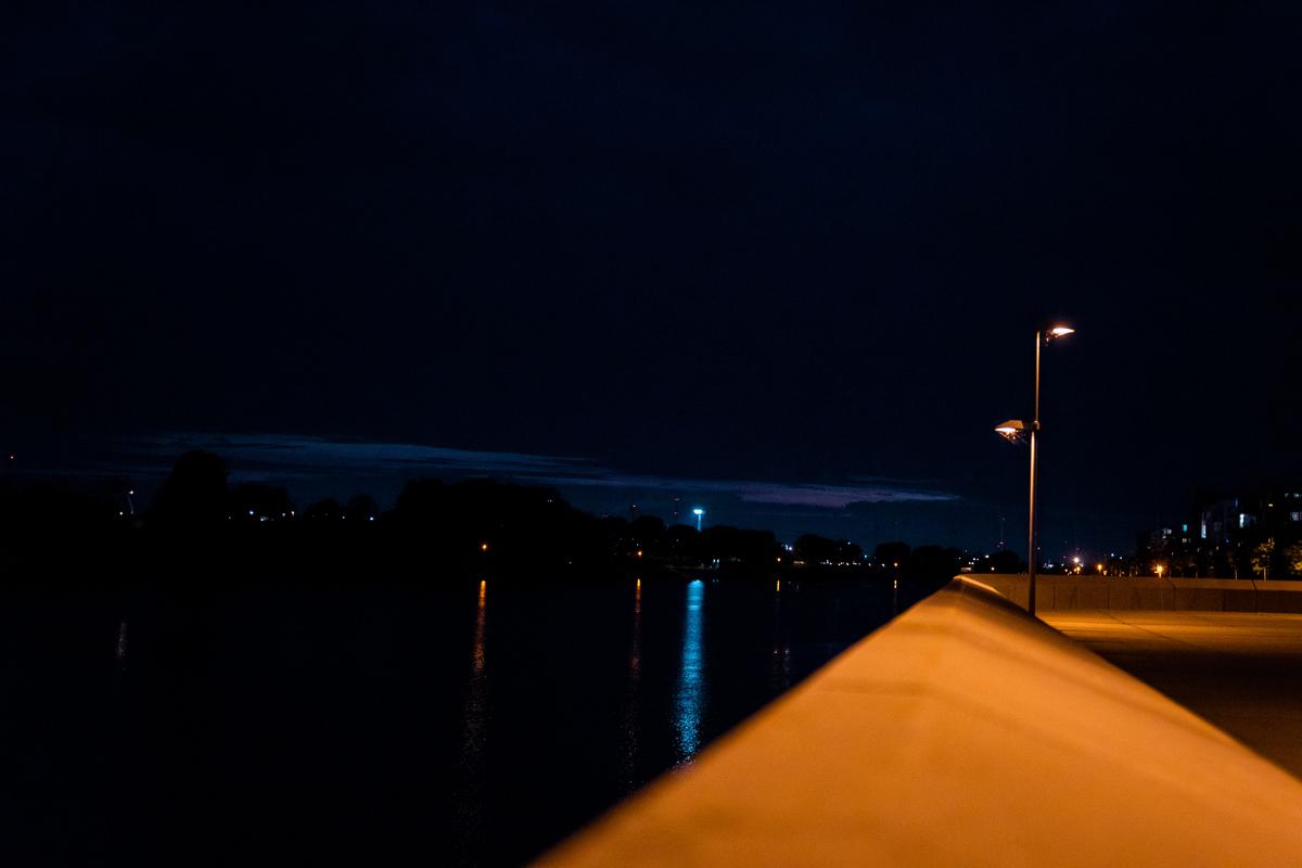 Weserpromenade in der Überseestadt in der Nacht