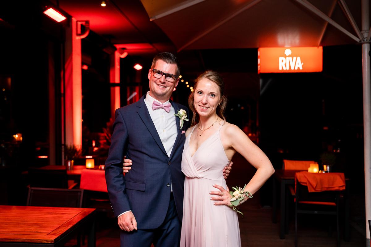 Pärchenfoto im Riva Bremen Hochzeitsfotos mit Reportagestil