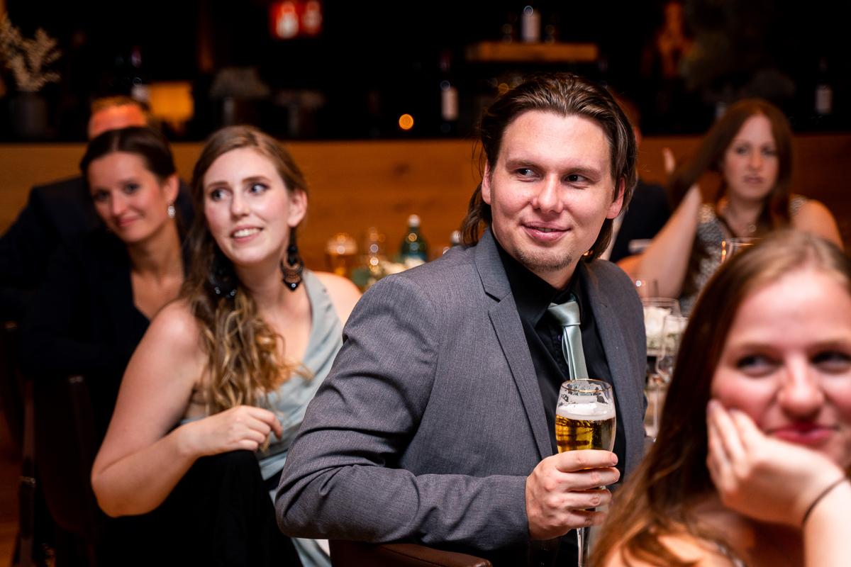 Hochzeitsfotograf Bremen Hochzeitsfotos im Riva Feiernde Gäste