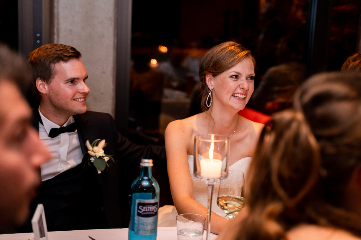 Lachendes Brautpaar bei der Rede Hochzeitsfeier Riva Bremen