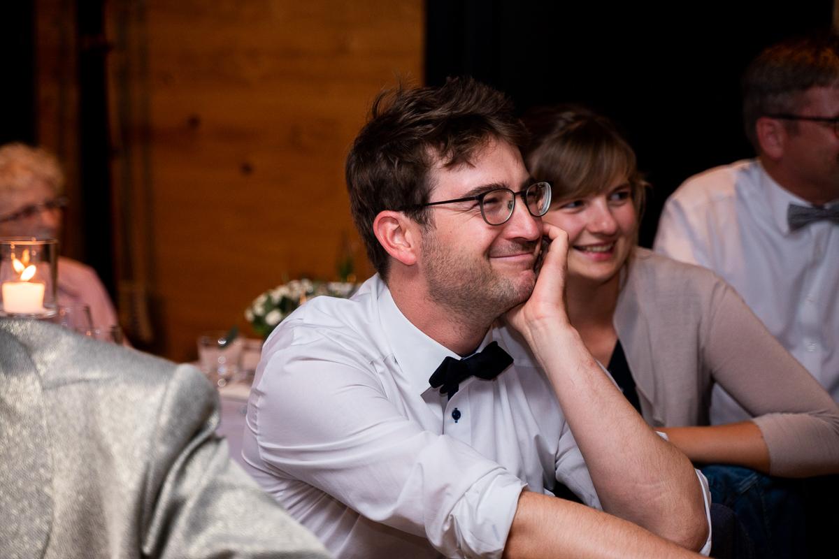 Lächelnde Gäste auf der Hochzeitsfeier im Riva Bremen
