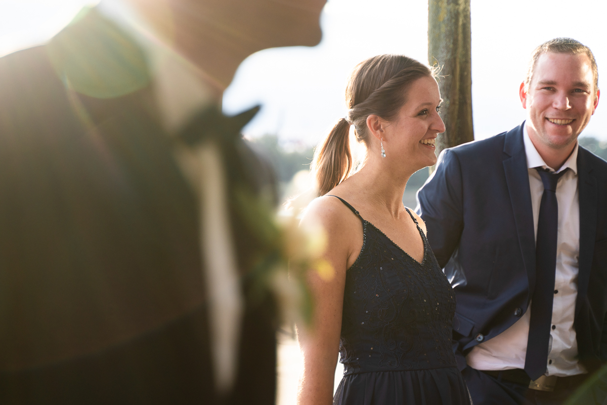 Gästeempfang im Sonnenuntergang am Weserufer Hochzeitsfotos Outdoor